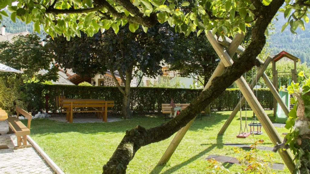 Hotel-Genzianella-Ziano-di-Fiemme-trentino-giardino3