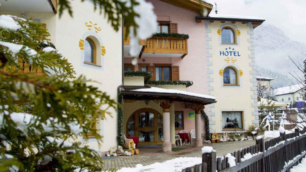 Ingresso con neve Hotel Genzianella Ziano di Fiemme Val di Fiemme