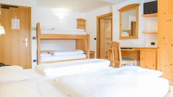 Camera-famigliare-Hotel-Genzianella-Ziano-di-Fiemme-Trentino- 1