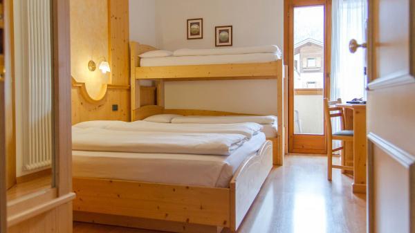 Camera-famigliare-Hotel-Genzianella-Ziano-di-Fiemme-Trentino- 17