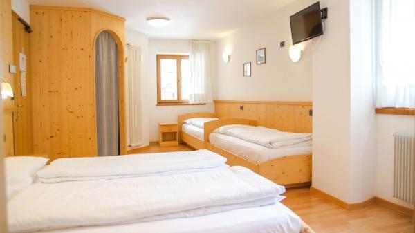 Camera-famigliare-Hotel-Genzianella-Ziano-di-Fiemme-Trentino- 6