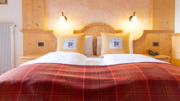 Camera-Romantic-Hotel-Genzianella-Ziano-di-Fiemme-Trentino- 5