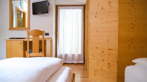 Camera-standard-Hotel-Genzianella-Ziano-di-Fiemme-Trentino- 12