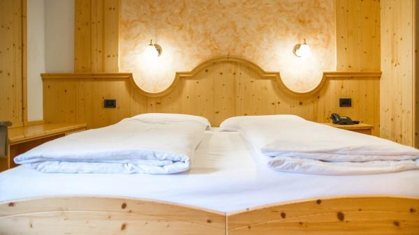 Camera-standard-Hotel-Genzianella-Ziano-di-Fiemme-Trentino- 2